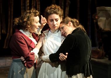 Olga (Ruth McMeel), irina (Cassandra Gonzalez), Masha (Erato Pissi)